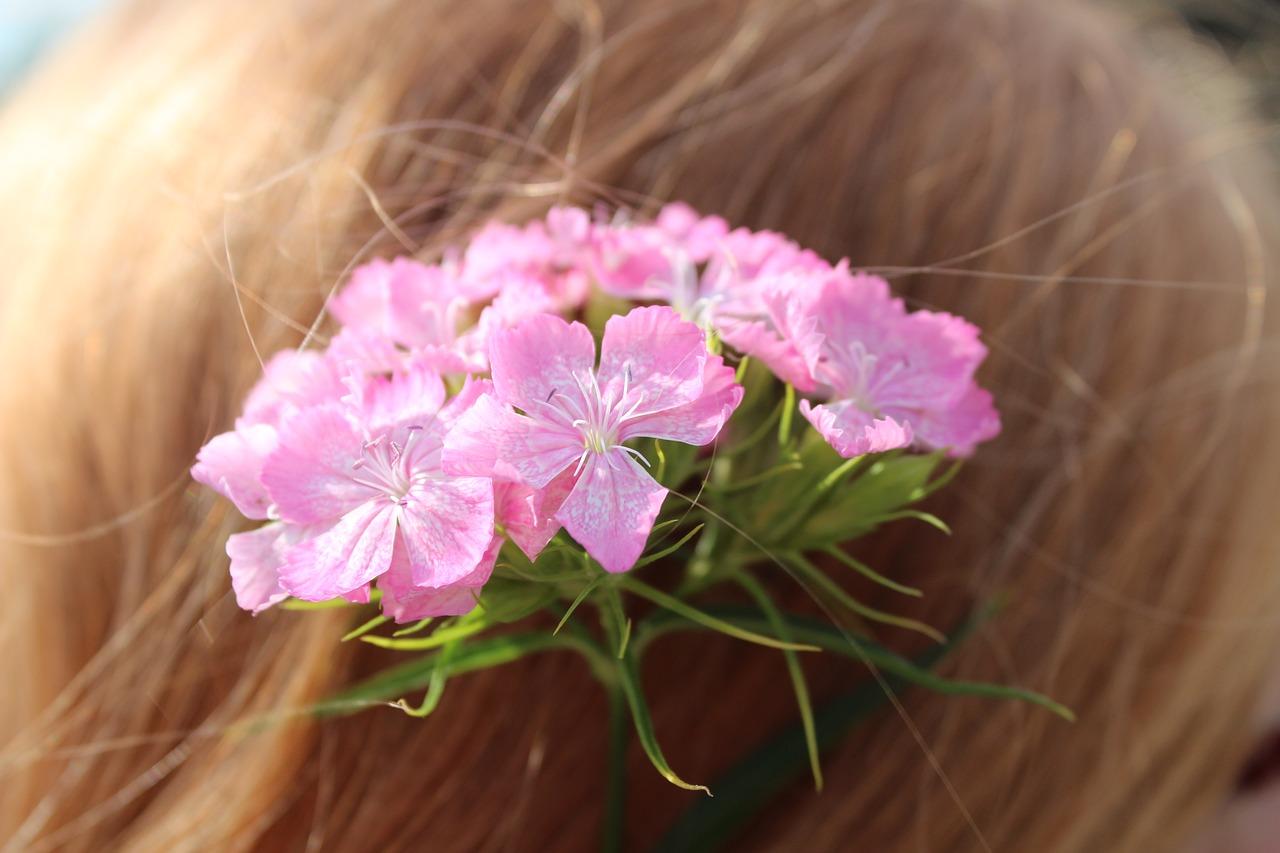 kvetiny ve vlasech
