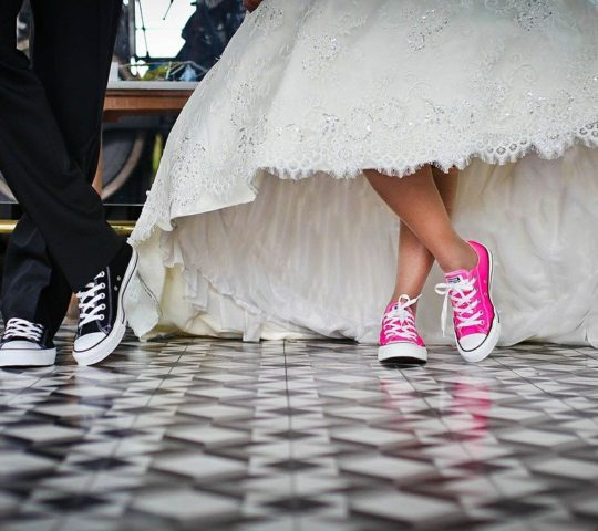 Tenisky ke svatebním šatům.