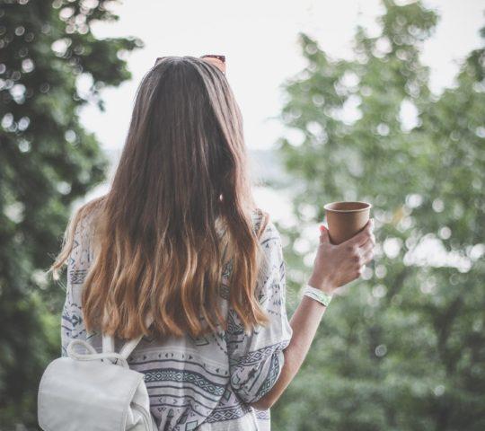 Kelímek kávy s sebou.