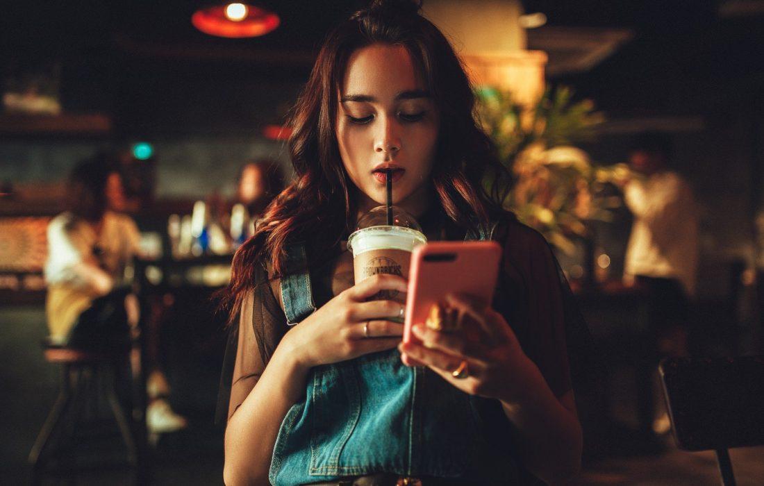 Káva jako součást image.