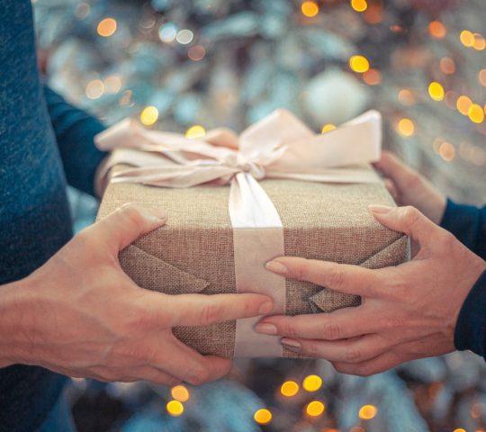 Přidávání dárků na Vánoce.