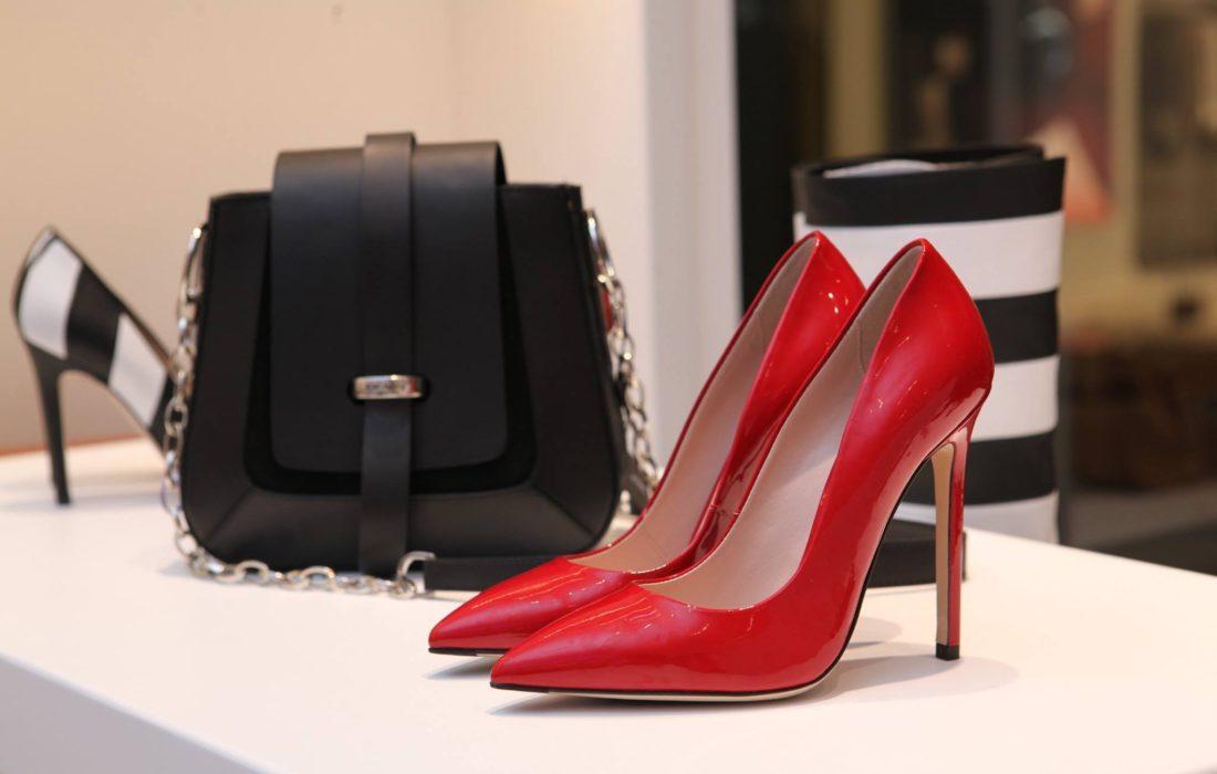 Lakované boty jsou opět v módě.